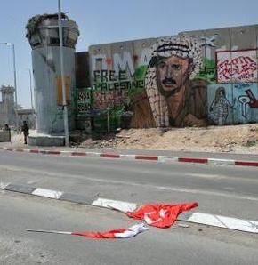 İsrail askerleri Türk bayrağını indirdi