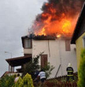 Yıldırım düşen ev yandı