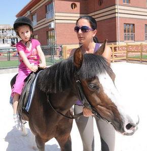 Engelli çocuklara atlı tedavi