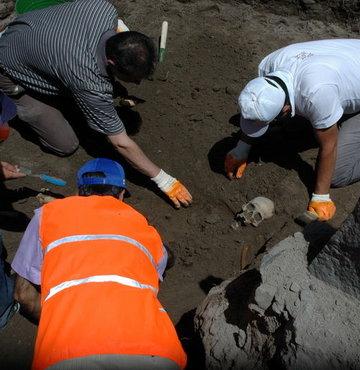 183 Türk'ün bulunduğu toplu mezarda kazı...