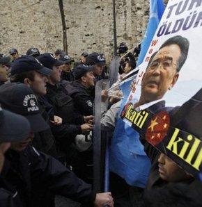 Doğu Türkistanlılardan Çin Başbakanı'na protesto