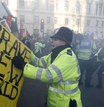 Londra'da öğrenciler sokakta