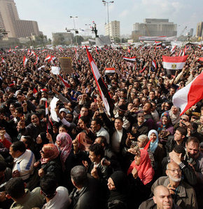 Muhalifler parlamento önünde