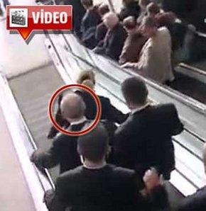 Kılıçdaroğlu yürüyen merdivene ters bindi!
