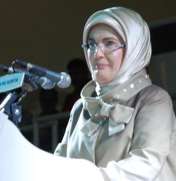 Emine Erdoğan şarkı söyledi