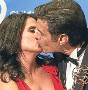 Ödül sevincini eşiyle öpüşerek gösterdi