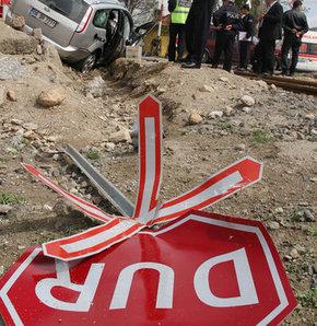 Yoldan çıkan araç karşı şeride geçti: 2 ölü 4 yaralı!
