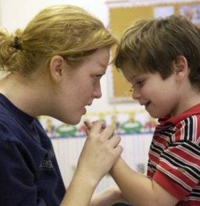 Otizmli çocuk sahibi aile yalnız