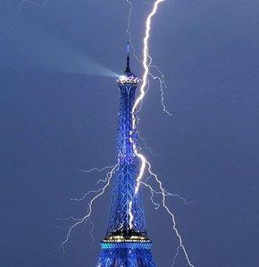Eyfel Kulesi'ne yıldırım düştü
