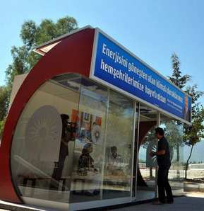 Güneş enerjisiyle çalışan klimalı otobüs durağı!