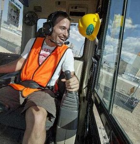 Turistlerin yeni eğlencesi: İş makinesiyle kazı
