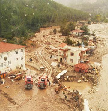 Sel suları bir köyü böyle yok etti!