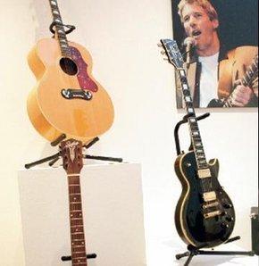 Yardım için gitarlarını 1 milyon dolara sattı
