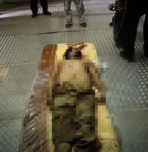 Kaddafi'nin cesedi oğlununki ile birlikte sergileniyor (!) GALERİ