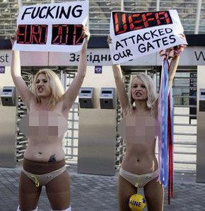 693565 detay - FEMEN bu kez UEFA'ya karşı soyundu