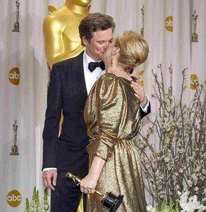 Ödülü verdi, öpücüğü kaptı
