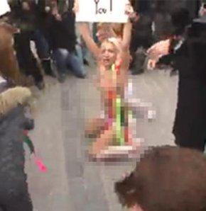 Femen kızlarından Ayasofya Camii önünde çıplak eylem!