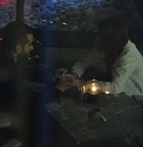 """Gökhan Türkmen, """"Bitmesin"""" isimli şarkısının klibinde oynayan Tuğba Melis Türk'le birlikte"""