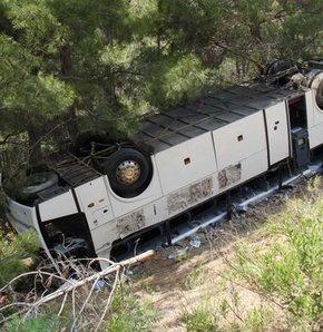 Anamur'da trafik kazası, Yolcu otobüsü devrildi