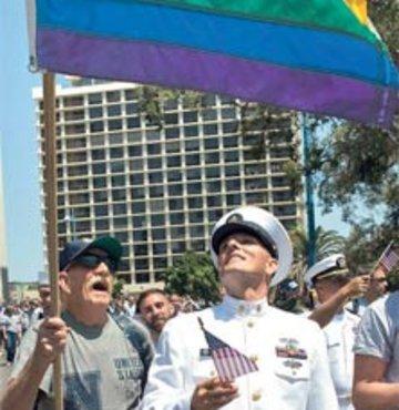 Gay askerler üniformalı yürüdü