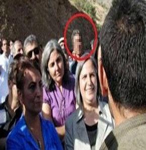 UŞAK'ta bazı internet haber siteleri ve sosyal paylaşım sitelerinde PKK sempatizanı olduğu iddia edilen ve Şemdinli'de BDP'lilerin PKK'lı teröriste sarıldığı fotoğrafta yer alan M.B.'ye ait binaya, kimliği belirsiz kişilerin taşlı saldırıda bulundu. Saldı