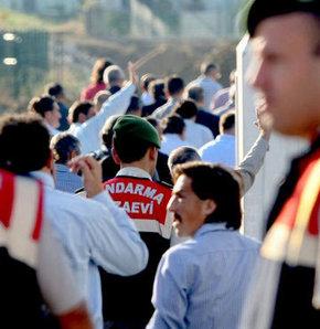 Balyoz Planı iddialarına ilişkin görülecek duruşma öncesinde ilginç bir gelişme yaşandı. Duruşmaya gelen muvazzaf askerlerin bir kısmı her zaman arka kapıdan alınırken, bugün ise ailelerinin önünden yürüyerek adliyeye giriş yaptı.