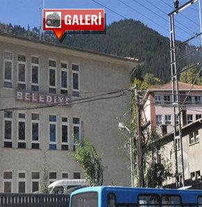 Trabzon'un Maçka İlçesi'nde kapıyı kırarak içeri giren hırsızlar, belediyenin kasasını soydu ardından başkanın aracını alarak...