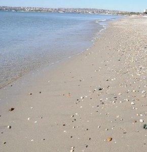Büyükçekmeceli Sahili'ndeki esnaf ise sabah saatlerinde denizin çekildiğini ileri sürdü.