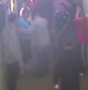 ADANA'da eğlenmek için gittikleri barda kavgaya karışan 34 yaşındaki Erkan Dağoğlu'nun öldürüldüğü, arkadaşı 38 yaşındaki Fatih Gökmen'nin ağır yaralandıgı kavgayı güvenlik kemaralarının tüm detayları ile kaydettiği ortaya çıktı.