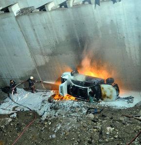 Bursa'da otomobiliyle inşaat halindeki 10 metrelik köprüden uçan sürücü, alev alan aracından çıkmayı başardı. Sürücü kazayı hafif sıyrıklarla atlattı.