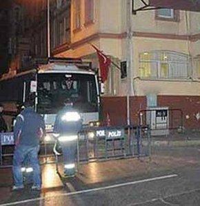 Beyoğlu'nda 12 yaşındaki bir çocuk, tinercilerin attığı şişeyle kafasından yaralandı. Çocuğa ilk müdahaleyi olay yerinden geçen vatandaşlar yaptı.