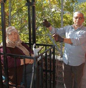 Karabük'te merdivenlerden çıkmakta zorlanan şeker hastası eşi için evin önüne asansör yaptırdı.