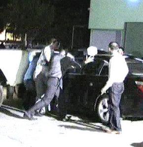 Aydın'da babası ve ablasıyla tartıştıktan sonra canına kıyacağını söyleyip evden ayrılan işadamı 37 yaşındaki F.K.'nın, otomobilinin içinde başına dayadığı tabancayı, bir polis memuru canı pahasına elinden aldı.