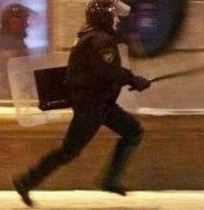 Polis aslında elinde Türk bayrağı olan küçük bir çocuğu kovalamıyor