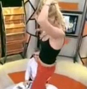 Berna Arıcı Masa Üstünde Dans Ediyor