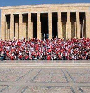 """Yeni tören yönetmeliğinin ilk uygulaması 10 Kasım'da yapılacak. Buna göre iki gün önceden izin almayanlar, 10 Kasım'da Anıtkabir'deki mozoleye ve Atatürk anıtlarına çelenk koyamayacak. Valiliklere gönderilen genelgeye göre; """"05 Mayıs 2012 tarihinde Resmi"""
