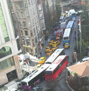 Taksim'de doğalgaz borusu patladı, trafik felç