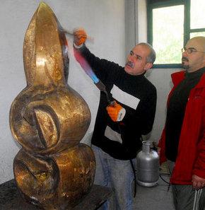 Onno Tunç heykeli