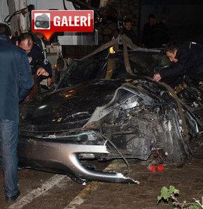 Bursa'nın Mudanya İlçesi yakınlarında, Ferrari marka otomobiliyle altgeçide uçan tekstilci 29 yaşındaki Şükrü Mançu yaşamını yitirdi.