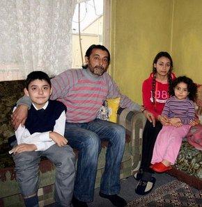 Uşak'ta kas erimesi hastalığına yakalanan 14 yaşındaki 6. sınıf öğrencisi Abdullah Özşahan babasının yardımı ile okula gidiyor. Maddi durumu iyi olmayan ve eşi de yatalak hasta olduğu için oğlunu her gün tekerlekli sandalye ile okula götürüp getiren baba