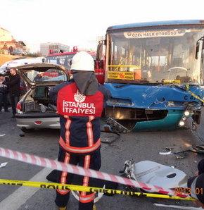 Halk otobüsü ile otomobil çarpıştı: 1 ölü 2 yaralı