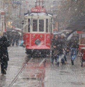 İstanbul'da kar yağışı nedeniyle ilköğretim okulları yarın  tatil edildi.