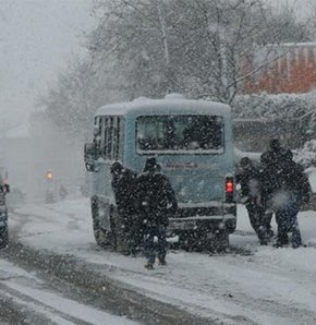 İstanbul'da bugün yoğun bir şekilde devam eden kar yağışı, okulların tatil edilmesi yönünde beklenti yaratırken, ilk tatil haberi İstanbul Üniversitesi'nden geldi