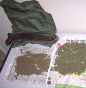 Bursa Polisi tarafından Yıldırım ilçesinde aynı mahallede düzenenen iki ayrı operasyonda 4 kilo esrar ile 850 adet extacy hap ve 8 paket de yeni nesil uyuşturucu olarak adlandırılan Bonzai maddesi ele geçti. Operasyonlarda iki kişi gözaltına alınırken, Na