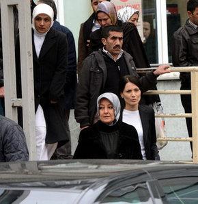 CUMHURBAŞKANI Abdullah Gül'ün eşi Hayrünnisa Gül, anjiyo olan babasını hastanede ziyaret etti.