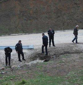 Türkiye'ye kaçak giriş yaparak, Hatay'daki bir evde kalan Suriyeli muhalif avukatı kaçırmak isteyen 4 Suriyeli polisle çatıştı. Yayladağı Sınır Kapısı yakınlarında Suriyelilerden 2'si yaralı, 2'si de kovalamaca sonucu yakalandı.