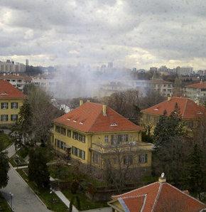 Ankara'da Amerika Büyükelçiliği önünde patlama oldu. Bölgeye çok sayıda itfaiye ve ambulans sevk ediliyor.