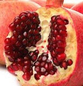 Nar kabuğu vitaminler ,polifenoller ve antosiyaninler içerdiği için  suyundan daha değerli.Özellikle kalp ve damar sağlığımızı koruduğu gibi mide ülserinide iyileştirici özelliği var