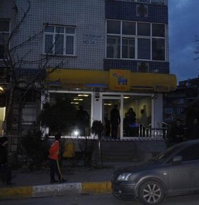 Sultangazi'de bir taksi durağına gelen şahıslar, duraktakilere saldırdı. Alacak verecek meselesi yüzünden çıktığı belirtilen olayda 6 kişi yaralandı. Taksicilerden birine, saldırganların kaçarken kullandığı otomobil çarptı. Duraktaki kavga ve otomobilin ç