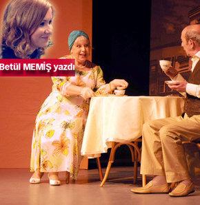Yeni bir tiyatro Tebdil-i Mekan… İlk oyunları da Eski Moda Komedya… Oyuncuları Zerrin Sümer ve Ayberk Attila ile oyun öncesi kuliste, hisli bir kelama oturduk.. İşte yazıya dökülenler!